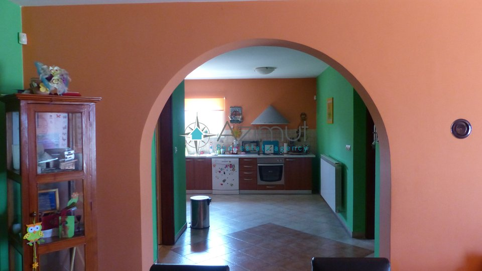 Kastav, samostojeća kuća sa 2 stana,181 m2, na uzvišenoj poziciji, okućnica,krasan pogled na Kvarner