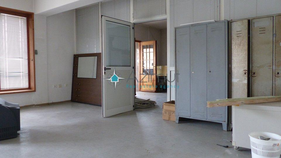 Matulji, 2 poslovna prostora, 1000 m2 velike hale